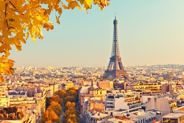 Vue sur la tour Eiffel au coucher du soleil
