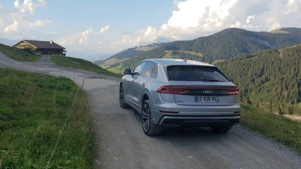 Le bandeau arrière de feux renforce le caractère de fleuron premium des SUV Audi sur ce Q8.