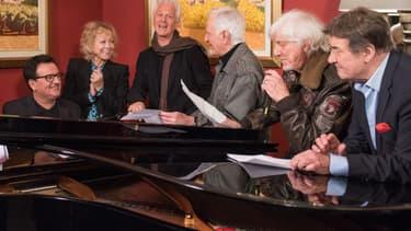 """Gérard Lenorman, Hughes Aufray et une partie des chanteurs présents lors de la présentation de la nouvelle tournée, """"Âge Tendre"""""""