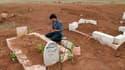 Cimetière près de Deraa, dans le sud de la Syrie. Mars a été le mois le plus sanglant en deux années de conflit, avec plus de 6.000 morts dont un tiers de civils, selon l'Observatoire syrien des droits de l'homme (OSDH). /Photo prise le 30 mars 2013/REUTE