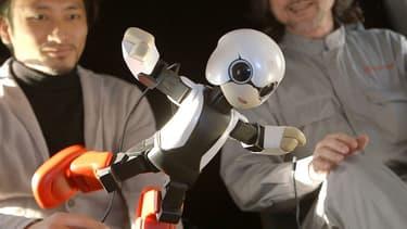 Toyota a déjà conçu plusieurs robots, non seulement des modèles industriels mais aussi des humanoïdes comme ce petit robot astronaute, dénommé Kirobo.