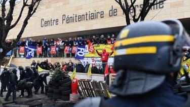 Des CRS tentent de libérer l'accès à la prison des Baumettes, le 24 janvier 2018 à Marseille.