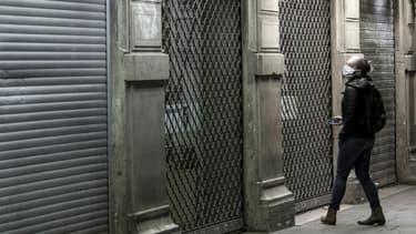 Une passante devant un magasin fermé à cause du confinement, dans le, quartier Saint-Michel à Paris, le 3 novembre 2020