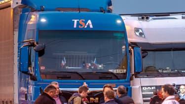 """Des camions à Loon Plage lors de l'opération escargot dans le Nord pour demander le démantèlement de la """"jungle"""" de Calais ce lundi."""