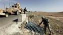"""Soldats américains inspectant les fossés à la recherche d'""""IED"""", sur une route de Kandahar. Ces bombes artisanales, rudimentaires et bon marché, que les militaires nomment engins explosifs improvisés, se multiplient depuis 2007 en Afghanistan. /Photo pris"""