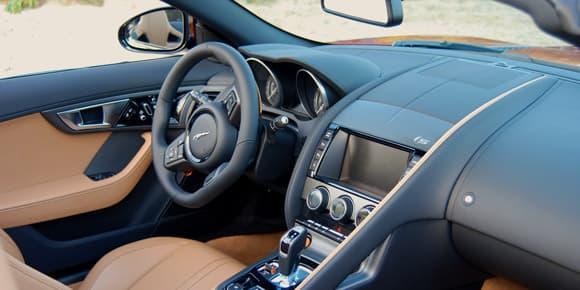 L'intérieur est à la fois luxueux et très sportif car très ergonomique.