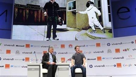 Le fondateur de Facebook Mark Zuckerberg (à droite) et le président du directoire de Publicis Maurice Lévy. L'e-G8 a fermé ses portes mercredi soir sans avoir finalisé les recommandations qu'il doit présenter au G8 de Deauville, au terme de deux jours de