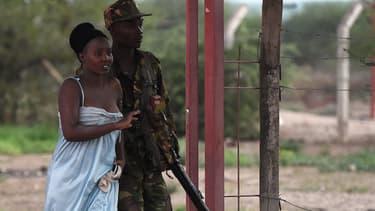 Un soldat kényan évacue une étudiante, le 2 avril, pendant l'attaque de l'université de Garissa.