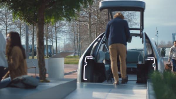L'ouverture du toit permet d'entrer facilement dans le véhicule, ici avec une poussette.