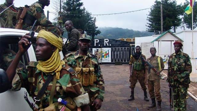 Combatants du Séléka, lundi, devant la palais présidentiel centrafricain, à Bangui. Pillards et hommes armés continuaient de sévir mardi dans les rues de Bangui où les rebelles et les soldats de la force régionale de maintien de la paix, la Fomac, tentaie