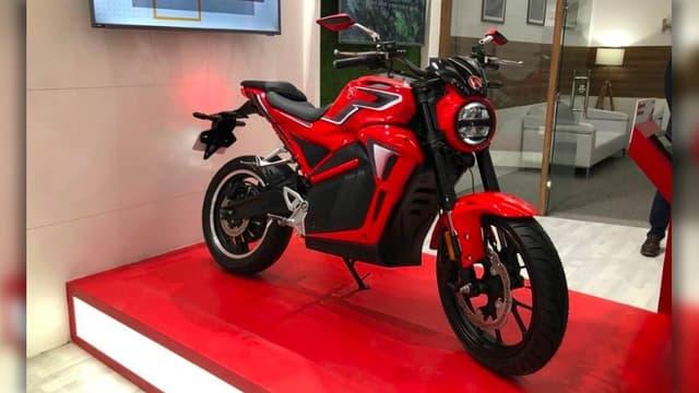 """Cette moto électrique est une """"125"""" connectée qui sera vendue en Inde pour environ 1000 dollars"""