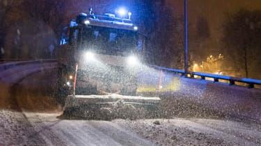 Une déneigeuse ce mardi 6 février sur la N118, dans les Yvelines. Le sel empêche lui l'eau de geler à 0°C, donc à la neige d'adhérer à la chaussée.