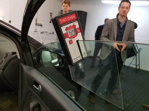 """La pose d'un film """"anti-carjacking"""" pourtant transparent augmente l'épaisseur de la vitre, donc son opacité. Ici, le carreau de droite, qui était dans la limite fixée par le décret, devient illégal."""
