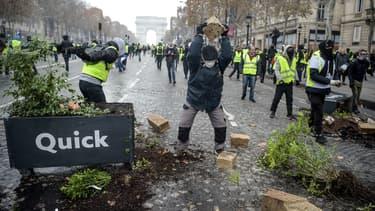 Des manifestants sur les Champs-Elysées, le 24 novembre 2018.