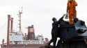 Une grue géante munie de pinces hydrauliques spéciales a commencé samedi à découper la coque du TK Bremen, le cargo maltais échoué le 16 décembre pendant la tempête Joachim sur une plage d'Erdeven, dans le Morbihan. /Photo prise le 6 janvier 2012/REUTERS/