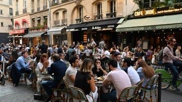 Terrasses de cafés et restaurants parisiens à Saint-Germain-des-Près pendant la crise sanitaire le 2 juin 2020