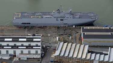 """Vue aérienne du """"Vladivostok"""", l'un des deux navires de guerre Mistral que la France refuse de livrer à la Russie, à Saint-Nazaire, le 20 décembre 2014."""