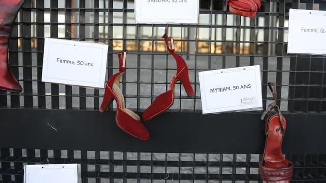 Des chaussures et les prénoms de femmes victimes de violences conjugales accrochées près du tribunal de Nantes, le 25 novembre 2017. (Photo d'illustration)