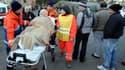 Sur le port de Santo Stefano, évacuation d'une passagère du Costa Concordia qui s'est échoué sur un banc de sable vendredi soir au large des côtes de la Toscane, avec 4.200 passagers et membres d'équipage à bord. Au moins trois personnes ont trouvé la mor