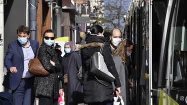 Des passants à Saint-Etienne le 22 octobre 2020