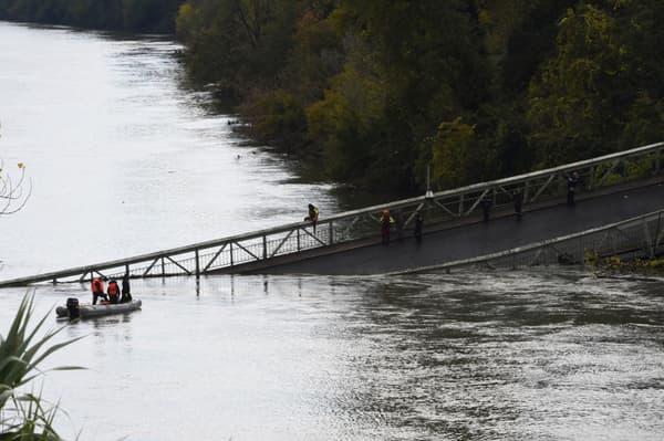 Le pont suspendu s'est effondré ce lundi matin.