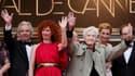 """Le cinéaste Alain Resnais (au centre) sur le tapis rouge de Cannes avec, de gauche à droite, Pierre Arditi, Sabine Azema, Anne Consigny et Denis Podalydes. Le film """"Vous n'Avez Encore Rien Vu"""" est projeté lundi en compétition pour la 65e édition du Festiv"""