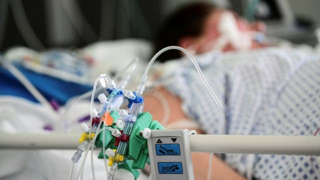 Une patiente atteint du  Covid-19 est allongée à l'hopital Pasteur à Colmar, dans l'est de la France, le 22 avril 2021