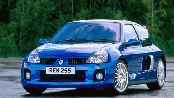 La Clio V6 phase II, issue du restylage de la Clio.