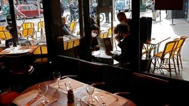 Un restaurant à Paris le 6 octobre 2020, avec des clients masqués en terrasse