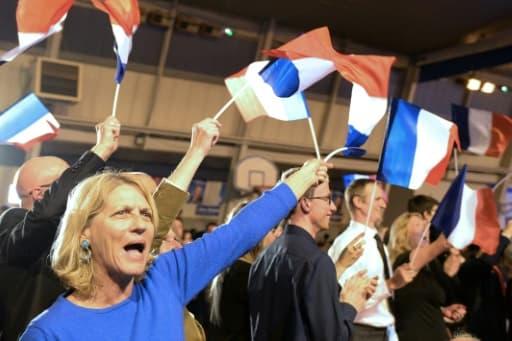 Des partisans de Marion Marechal Le Pen fêtent les résultats du premier tour au pontet le 6 décembre 2015