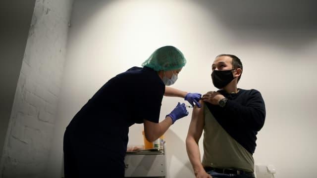Un homme reçoit une injection du vaccin russe Spoutnik V dans un centre de vaccination, le 2 juillet 2021 à Moscou