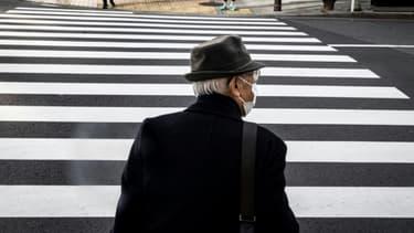 Un homme âgé porte un masque de protection contre le coronavirus dans une rue de Tokyo, le 4 janvier 2021