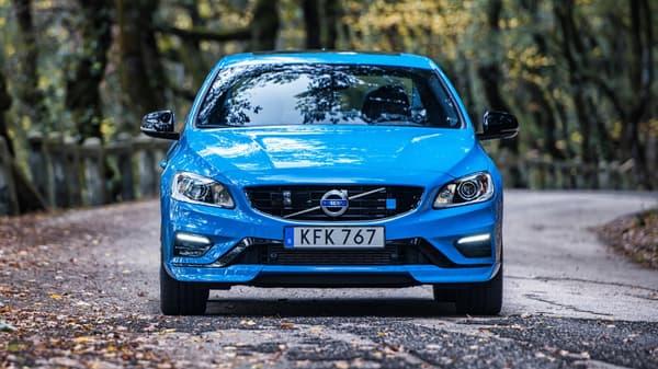 Bleu rebelle, voici le nom donné par Volvo à la robe bleue utilisée pour le lancement de la V60 Polestar, et ça lui va bien.
