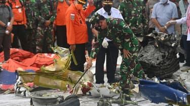 Examen des débris du Boeing dans le port de Jakarta, le 12 janvier 2021 en Indonésie