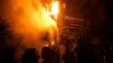 Tentative d'extinction d'un incendie qui s'est déclaré lors d'affrontements entre manifestants et forces de l'ordre sur la place Tahrir, au Caire, où des milliers de personnes s'étaient réunies pour contester l'autorité de l'armée après la chute du régime