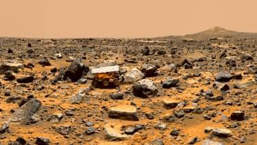 Un paysage martien pris en photo par la sonde Pathfinder montre le petit rover d'exploration Sojourner.