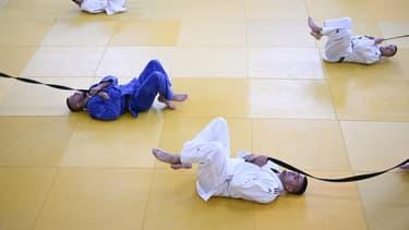 Des judokas kosovars participent à une séance d'entraînement au club de judo Ippon dans la ville de Peja, le 16 juin 2021.
