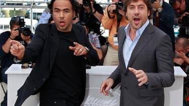 """Le réalisateur mexicain Alejandro Gonzalez Inarritu (à gauche) présente en compétition à Cannes son film """"Biutiful"""", avec Javier Bardem. La palme d'or sera remise dimanche à l'un des 19 films en lice. /Photo prise le 17 mai 2010/REUTERS/Yves Herman"""