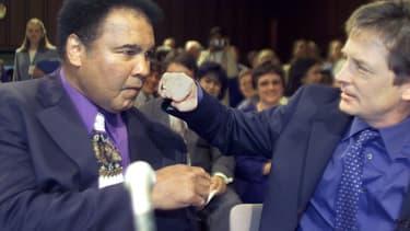 """Mohamed Ali, légende de la boxe ici """"punché"""" par l'acteur Michael J. Fox en 2002, était atteint de la maladie de Parkinson."""