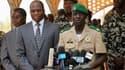 Conférence de presse du chef des officiers putschistes maliens, le capitaine Amadou Sanogo, en présence du ministre des Affaires étrangères burkinabé Djibril Bassolet à Kati, près de Bamako. La junte, affaiblie par l'offensive éclair des rebelles touaregs