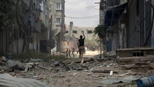 Un Palestinien au milieu des ruines, à Gaza.