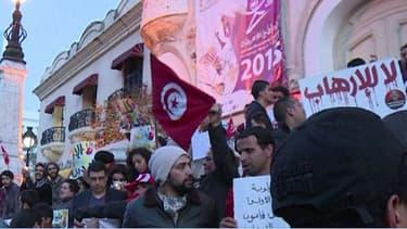 Plusieurs centaines de personnes s'étaient réunies à Tunis sur l'avenue Habib-Bourguiba pour défendre les valeurs de al démocratie.