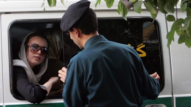 Une femme iranienne arrêtée par la police à Téhéran.