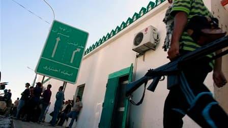 Rebelles libyens dans les rues de Zaouïah, à 50 km environ à l'ouest de Tripoli. Cette offensive marque l'avancée la plus spectaculaire des insurgés depuis six mois dans les zones de l'ouest du pays contrôlées par les partisans de Mouammar Kadhafi. /Photo