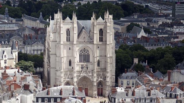 Après l'incendie qui a ravagé sa toiture en 1972, la cathédrale de Nantes a fait l'objet de travaux complets de rénovation intérieure et extérieure qui durent encore...