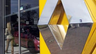 La CFDT signera l'accord de compétitivité proposé par Renault en échange de l'attribution à ses usines françaises de volumes de production supplémentaires. La CFE-CGC, principal syndicat de Renault avec 29,7% des voix, et Force Ouvrière (15,6% des voix),