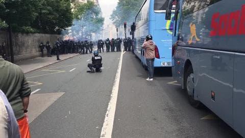 CRS en face des manifestants - Témoins BFMTV