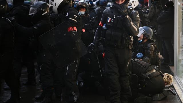 Des policiers procèdent à une interpellation, samedi 12 novembre 2020 à Paris