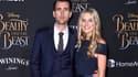 """Matthew Lewis et sa petite amie Angela Jones lors de la première de """"La Belle et la Bête"""" le 2 mars 2017 à Los Angeles"""