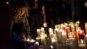 Des passants allument des bougies en hommage aux victimes, le 2 octobre, à Las Vegas.